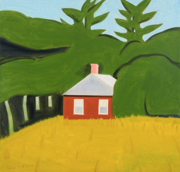 Bild eines kleinen, roten Hauses mit zwei Fenstern vor einem Waldgebiet. Im Vordergrund sieht man ein Feld.
