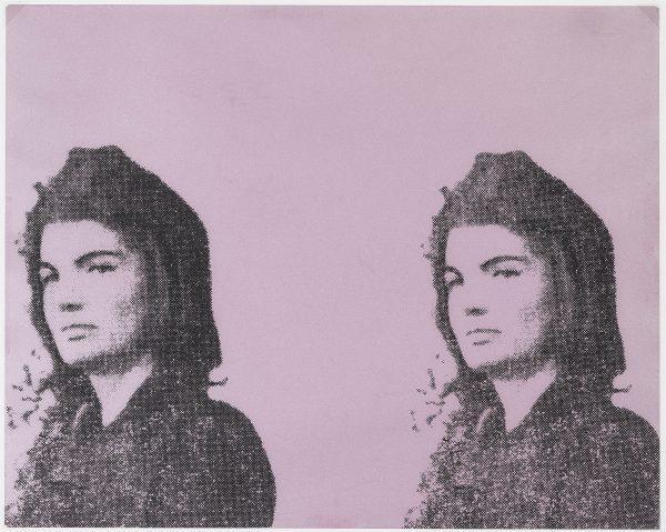 Frontportrait einer jungen Frau vor violettem Hintergrund
