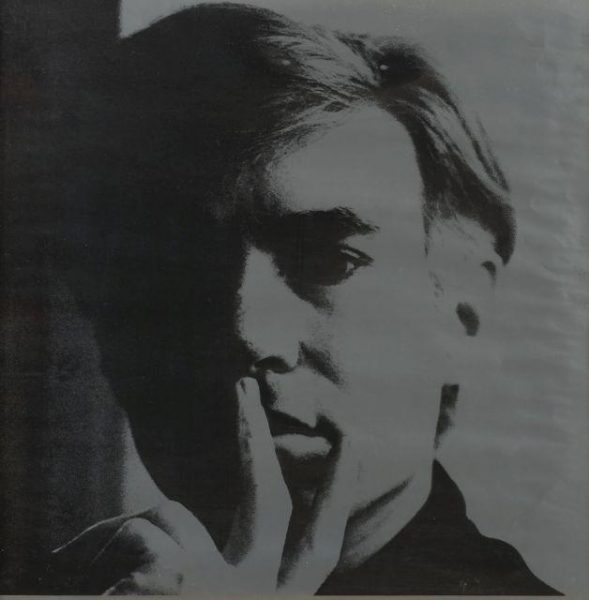 Selbstportrait des Künstlers Andy Warhol mit in die Hand gestütztem Gesicht in Schwarz- und Grautönen.