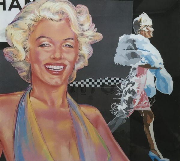 Portrait des Gesichtes einer blonden, lockigen Frau inklusive Seitenansicht beim Vorbeigehen