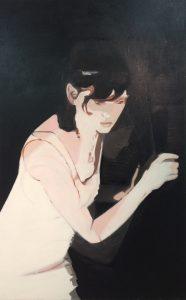 Bild einer im Dunkeln an der Wand kauernden schwarzhaarigen Frau