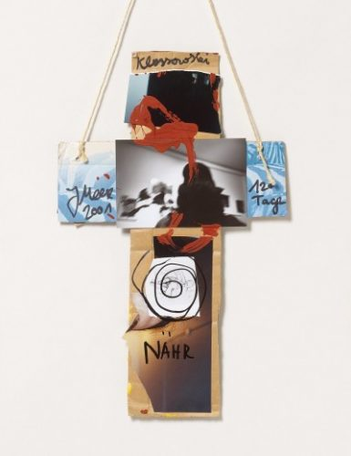 Kreuz, aus Einzelbildern bestehend, an einem Faden zum Aufhängen
