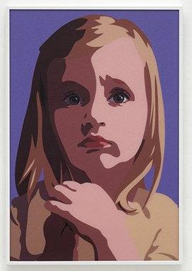 Kleines, blondes Mädchen mit traurigem Blick vor violettem Hintergrund
