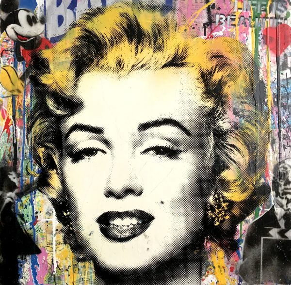 Buntes Bild von Marilyn Monroes Gesicht vor einer bemalten, beklebten Wand