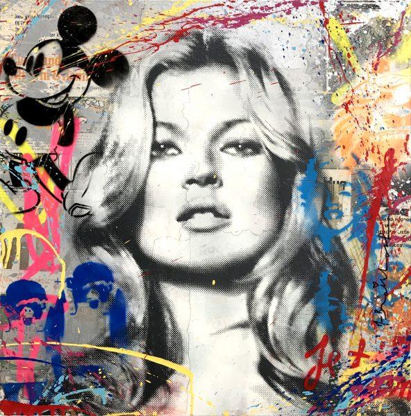 Portraitbild von Kate Moss' Gesicht vor Hintergrund im Pop-Art-Stil