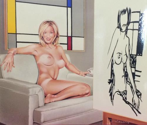 Bild einer nackten, blonden Frau auf einer Couch mit einer Staffelei davor, auf der ihre Umrisse zu sehen sind