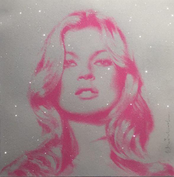 Portraitbild von Kate Moss' Gesicht pink auf grau.