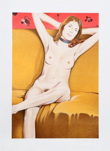 Nackte Frau auf orangener Couch