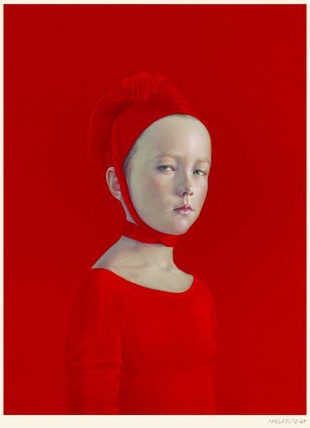 Mädchen in roter Kleidung auf rotem Hintergrund, nach rechts blickend