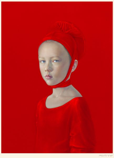 Mädchen in roter Kleidung auf rotem Hintergrund, nach links blickend