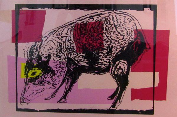 Skizze eines Wildschweins vor rosanen und roten, aus Rechtecken zusammengesetzten Formen