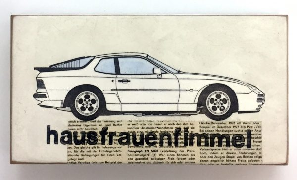 Seitenansicht eines weißen Sportwagens, untertitelt mit