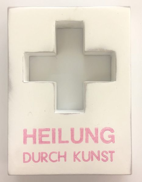 Medizinschränkchen mit kreuzförmiger Aushöhlung, beschriftet mit