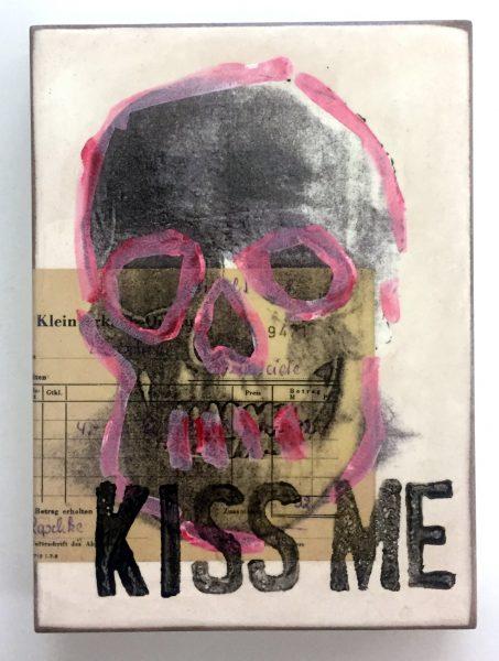 Totenschädel in grau mit rosa Umrandung, untertitelt mit