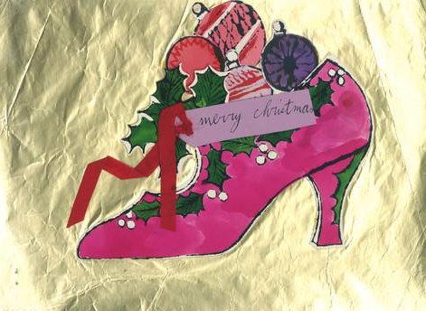 Schuh mit Weihnachtsschmuck und Karte
