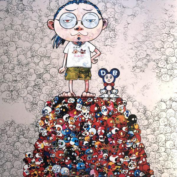 Bärtiger Mann im Comicstil mit Brille neben einer Comicmaus auf einem Haufen Totenschädeln. Die Bildfarben sind in Rottönen gehalten.