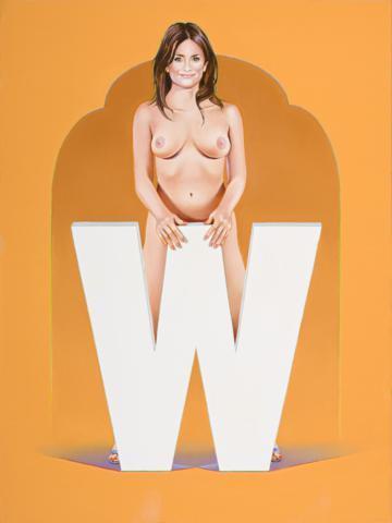 Junge Dame oben ohne hinter großem W vor orangenem Hintergrund