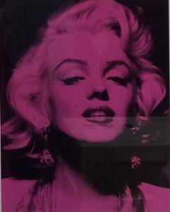 Portraitbild von Marilyn Monroes Gesicht pink auf schwarz