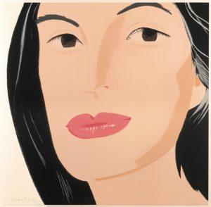 Portraitbild des Gesichtes einer schwarzhaarigen Frau mit rosa Lippenstift