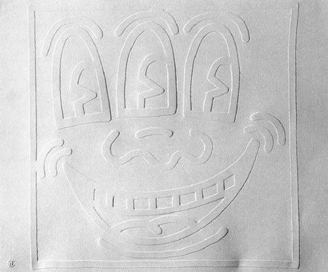 Prägedruck auf weiß, freundliches Monstergesicht mit breitem Lächeln und drei Augen.