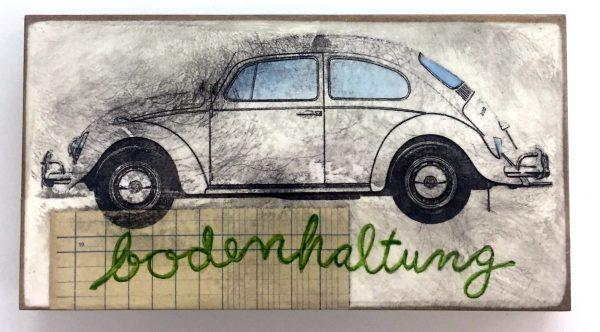 Seitenansicht eines weißen Käfer-Autos, untertitelt mit