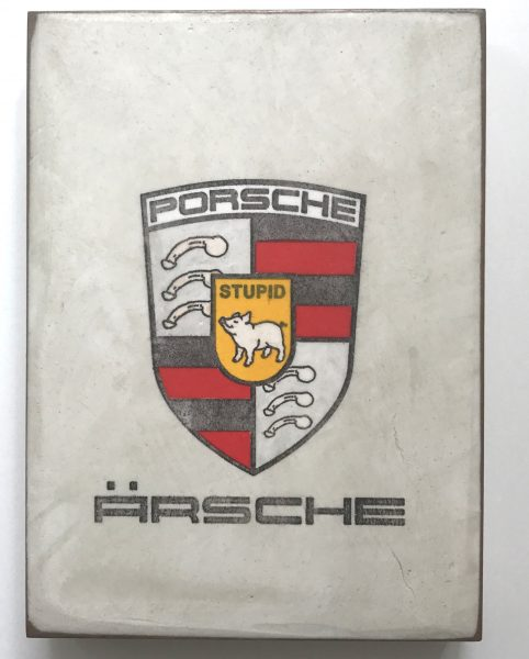 Schwein in Porsche-Logo-Persiflage mit Untertitel