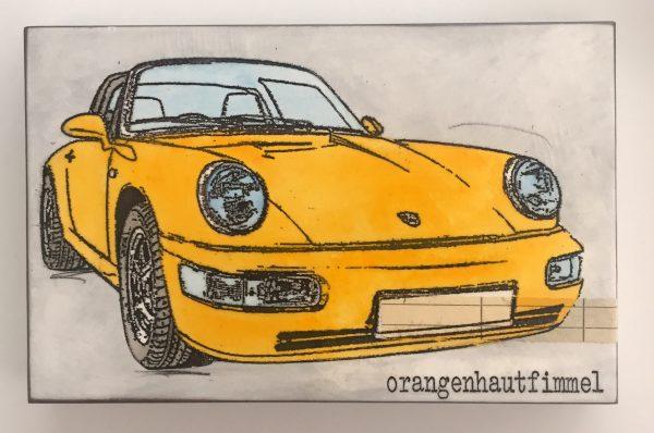 Bild eines gelben Sportwagens in Frontalansicht, untertextet mit