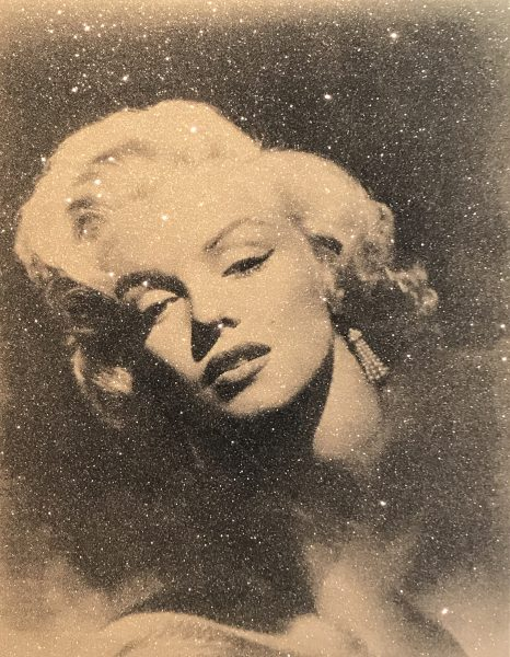 Portrait von Marilyn Monroes Gesicht in Braun- und Schwarztönen mit Glitterlook.
